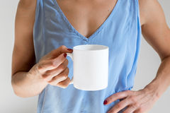 Kvinnligt innehav som ett kaffe rånar, utformat materielmodellfotografi Fotografering för Bildbyråer