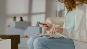 Kvinnligt insättande kortnummer, online-bankrörelseservice på minnestavlan lager videofilmer
