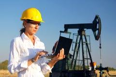 Kvinnligt iscensätta i en oilfield Arkivfoto