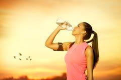 Kvinnligt joggerdricksvatten Fotografering för Bildbyråer