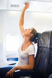 Kvinnligt justera för passagerare luftar att villkora Arkivbild