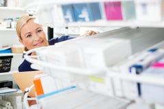 Kvinnligt kemistCounting Stock In apotek Fotografering för Bildbyråer