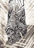 Kvinnligt lägger benen på ryggen Hand-dragit havsvågor Drunkningkvinna Person som tillhör en etnisk minoritet som är retro, klott royaltyfria foton