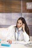 Doctor som talar på, ringer i regeringsställning Arkivfoto