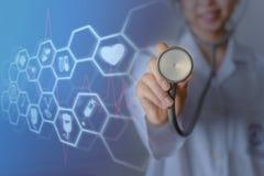 Kvinnligt medicindoktorsanseende och hållande stetoskop för kontrollpatient med symbolsläkarundersökning royaltyfri bild
