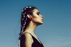 Kvinnligt modebegrepp Kvinnan har stilfullt hår med repet royaltyfri foto