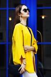 Kvinnligt modebegrepp Utomhus- stående av en ung härlig säker trendig kvinna som poserar nära blå dörr modell Fotografering för Bildbyråer