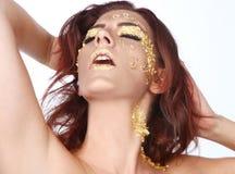 Kvinnligt modellera smyckat med bladguldskönhetsmedel Royaltyfri Bild