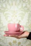 Räcka hållande retro kaffe kuper Royaltyfri Fotografi