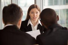 Kvinnligt sökande som introducerar sig under jobbintervjun, talki arkivbilder