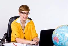 Kvinnligt sammanträde bak ett skrivbord i ljust gult omslag Arkivbilder