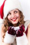 Kvinnligt Santa tycka om snöig jul Arkivfoton