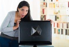 Kvinnligt se för brunett över den brutna datoren Arkivfoton