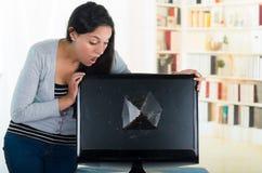Kvinnligt se för brunett över den brutna datoren Arkivbilder