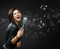 Kvinnligt sjunga vaggar musikern arkivfoto