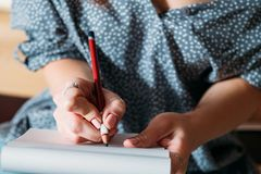 Kvinnligt skissa för konstnär lär attraktionblyertspennacloseupen fotografering för bildbyråer
