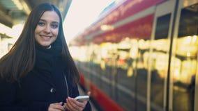 Kvinnligt skriva på telefonen nära drevet, snabb mobil betalning för biljettteknologier stock video