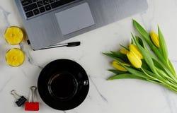 Kvinnligt skrivbord för kontorstabell Arkivfoton