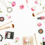 Kvinnligt skrivbord med gåvaasken, rosa rosor, skönhetsmedel, dagbok på vit bakgrund Top beskådar Lekmanna- lägenhet Compositio f royaltyfria bilder