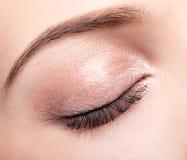 Kvinnligt stängt öga och krön med dagmakeup Arkivbild