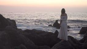 Kvinnligt stirra på havet