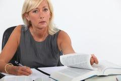 Kvinnligt studera för advokat arkivfoto