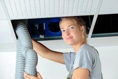 Kvinnligt tak för rörmokaremonteringsrör arkivfoto
