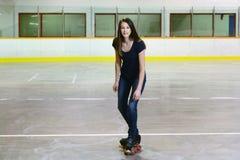 Kvinnligt tonårigt görande t-stopp på kvadratrullskridskor Royaltyfri Fotografi