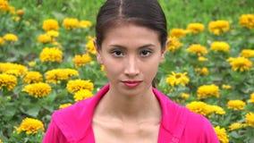 Kvinnligt tonårigt i blommaäng lager videofilmer