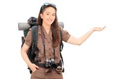 Kvinnligt turist- göra en gest med handen Fotografering för Bildbyråer