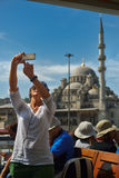 Kvinnligt turist- tagande selfiefoto på ett kryssningfartyg i Istanbul Royaltyfria Foton
