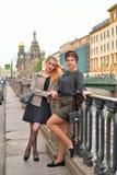 Kvinnligt turist- vila på porten av den emban Griboyedov kanalen arkivbilder