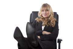 Kvinnligt utövande sammanträde med hennes fot upp Royaltyfri Fotografi