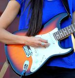 Kvinnligt utföra för gitarrist arkivfoto