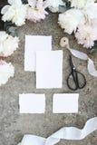 Kvinnligt vertikalt bröllop, födelsedagmodellplats Tomma kort för hantverkpappershälsningen, eukalyptuns, pion blommar blommor, t arkivbild