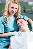 Kvinnligtandläkare med tillfredsställd beställare Royaltyfria Bilder