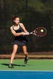 Kvinnligtennisspelaren slår kraftigt backhand- Royaltyfri Bild
