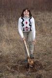 Kvinnligträdgårdsmästare som planterar treen Royaltyfria Bilder