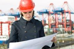 Kvinnligväg-och vattenbyggnadsingenjör Arkivbild