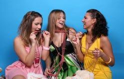 kvinnligvänner som skrattar tala tre Fotografering för Bildbyråer