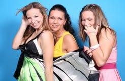 kvinnligvänner tre tillsammans Arkivfoto
