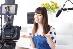 KvinnligVlogger inspelning sänder hemma Arkivfoton
