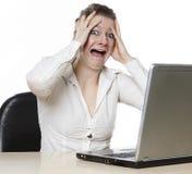 Kvinnor är ilskna på henne datoren Arkivfoton