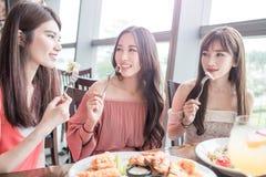 Kvinnor äter middag i restaurang royaltyfria bilder