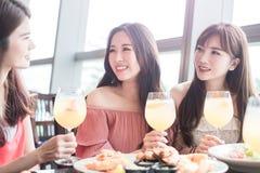 Kvinnor äter middag i restaurang royaltyfri bild
