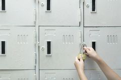 Kvinnor använder låshänglåsskåp royaltyfria foton