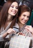 Kvinnor betalar för köp med kreditkorten arkivbilder