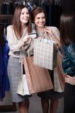 Kvinnor betalar med kreditkorten Royaltyfria Foton