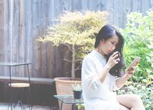 Kvinnor dricker kaffe i morgonträdgården arkivfoton