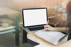 Kvinnor eller flicka som ner skriver på den tomma anmärkningsboken eller gör på minneslistan Arkivbild